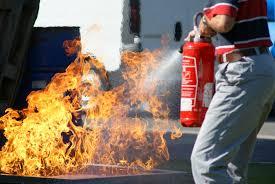 Mauvais manière = arroser le feu c'est perdre du temps et laisser la chaleur augmenter + trop près du feu.