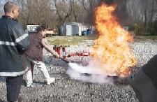 Bonne manière = couper le feu en l'attaquant par le bas , la flamme et la chaleur vont baisser rapidement.